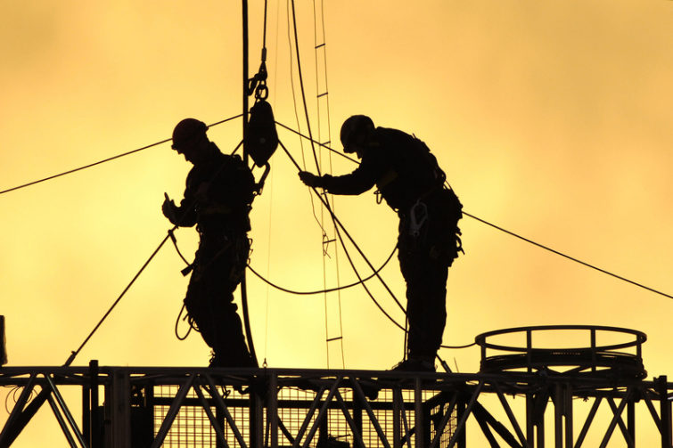 construction-workers-rigging